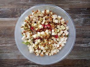 Salate zum Grillen - grüner Salat mit Feta und Pinienkernen